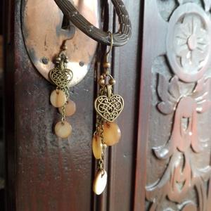 Antik bronz-kagylóhéj fülbevaló, Lógós fülbevaló, Fülbevaló, Ékszer, Ékszerkészítés, Antik bronz fémrészek,kagylóhéj korongok.Nikkelmentes.\nMéret:hossza akasztóval együtt 7,5 cm.A szív ..., Meska