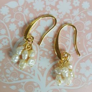 Aranyló gyöngyök fülbevaló, Ékszer, Esküvő, Fülbevaló, Esküvői ékszer, Tenyésztett , apró gyöngyökből készült egy elegáns fülbevaló. Alkalmi, esküvői ruhához ajánlom. Aran..., Meska