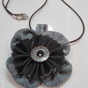 Farmer virág nyaklánc, Ékszer, Nyaklánc, Medál, Farmer-bőr nyaklánc az újrahasznosítás jegyében. Egyszerű, könnyed darab mégis nagyon jól feldobhatj..., Meska