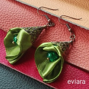 Jázmin zöld fülbevaló, textil ékszer, Ékszer, Fülbevaló, Szaténból készült tölcsér virág, közepében egy zöld , roppantott gyönggyel. Bronz tölcsér kupak a fe..., Meska