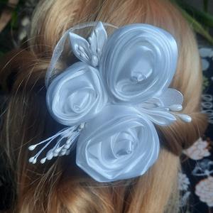 Hajdísz rózsákkal esküvőre, Esküvő, Hajdísz, Kontydísz & Hajdísz, Menyasszonyi hajdísz készült szatén rózsákból. Oldalra, hátul feltűzőtt kontyba, vagy fonások közé r..., Meska