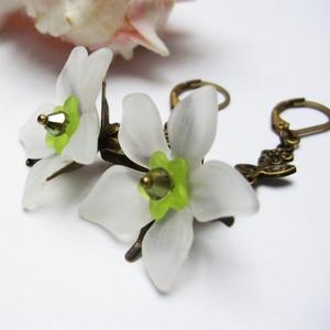 Fehér nárcisz fülbevaló, Ékszer, Fülbevaló, Akryl virágból, bicone gyöngyből és tekla gyöngyből, valamint bőrbarát réz színű szerelékekből készí..., Meska