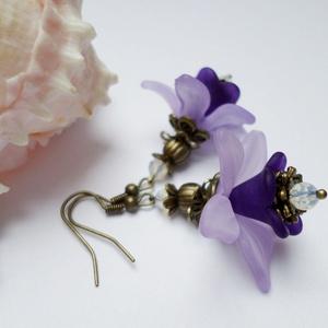 Lila kikerics, Ékszer, Fülbevaló, Akryl virágokból, cseh gyöngyökből és réz színű szerelékekból készítettem el ezt a fülbevalót. Bőrba..., Meska