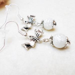 Fehér hógömb fülbevaló, Karácsony, Otthon & lakás, Ékszer, Dekoráció, Ünnepi dekoráció, Fülbevaló, Karácsonyi dekoráció, Zsorzsett 8mm-es tekla gyöngyökből és ezüst színű szerelékekből készítettem el ezt a romantikus fülb..., Meska