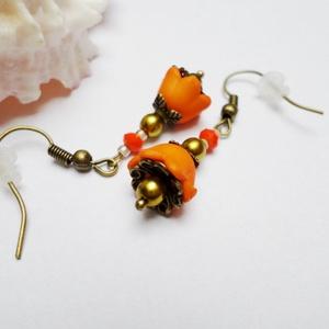 Fahéjas narancs fülbevaló, Ékszer, Fülbevaló, Akryl telt matt színű tulipánvirágból és tekla gyöngyből, valamint bőrbarát réz színű szerelékekből ..., Meska