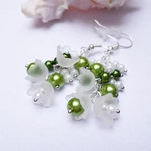 Hóvirágfürt fülbevaló, Ékszer, Fülbevaló, Lógó fülbevaló, Romantikus, elegáns és nem utolsó sorban egyedi!  Akryl virágokból, tekla gyöngyökből és ezüst színű..., Meska