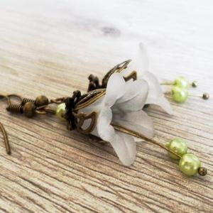 Zöld bibe, Ékszer, Fülbevaló, Akryl virágokból és bőrbarát szerelékekből készítettem el ezt a fülbevalót. Fehér akryl virágot és 6..., Meska