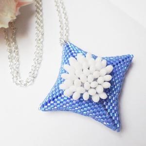 Fehér virágok dobozban nyaklánc, Medálos nyaklánc, Nyaklánc, Ékszer, Ékszerkészítés, Hímzés, Nagyon bájos, különleges medál fehér és búzakék színben rizo és delica gyöngyökből. \n\nA medál átlója..., Meska