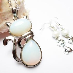 Opál cica szett, Ékszer, Fülbevaló, Nyaklánc, Ékszerszett, Cuki cicás szett minden macskarajongónak! Fehér opál ásványból készült cica medál ezüst színű láncon..., Meska