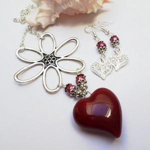 KEDVES Szívvirág, Ékszer, Medál, Nyaklánc, A virág és a szív örök. :) Legyen ajándék a KEDVESnek!  2,5 cm nagyságú kerámiaszívet egészítettem k..., Meska
