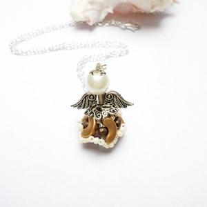 Angyalka, Ékszer, Medál, Nyaklánc, Gyöngyökből készítettem kedves angyalkát. Nyakadban viselve mindig nálad lehet. Minőségi cseh 3mm-es..., Meska