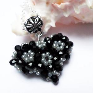Kicsi fekete szív, Ékszer, Medál, Nyaklánc, Szép ajándék minden alkalomra!  Fekete donut kristály gyöngyöket fűztem fel szürke színű toho gyöngy..., Meska