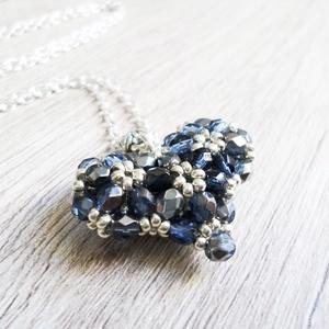 Ezüstkék szív virágokkal, Ékszer, Medál, Nyaklánc, Szép ajándék minden alkalomra!  4mm-es csiszolt gyöngyöket fűztem fel ezüst színű toho gyöngyökkel 3..., Meska