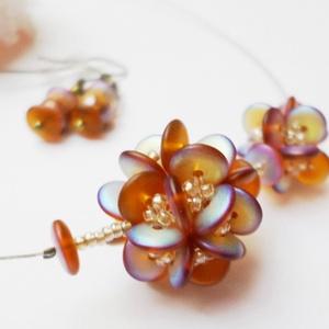 Viráglabdacs, Ékszer, Medál, Nyaklánc, Mutatós bogyót készítettem óarany színű, ab bevonatos cseh gyöngyökből és toho gyöngyökből. A 2cm át..., Meska