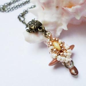 Mini rosegold tulip medálka, Ékszer, Medál, Nyaklánc, Saját ötlet alapján készítettem el ezt a tulipánt formázó medálkát.  Rosegold színét a beige emeli k..., Meska