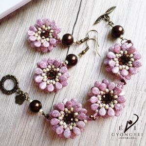 Mályvavirág, Ékszer, Karkötő, Vintage hangulatú virágokat fűztem nem mindennapi fáradt mályva színben. Aranyporos csillogása is va..., Meska