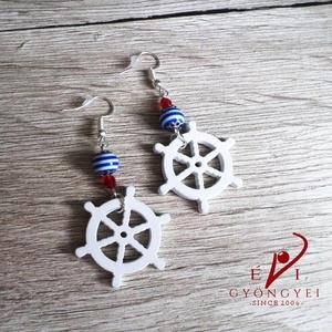 """""""Irány a tenger"""" fülbevaló, Ékszer, Fülbevaló, Kormánykerék formát - mely fából van esztergálva és fehérre festve -, csíkos akryl és piros cseh csi..., Meska"""