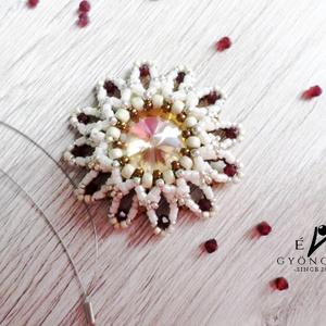 Virágszirom medál, Medál, Nyaklánc, Ékszer, Ékszerkészítés, Gyöngyfűzés, gyöngyhímzés, Virágmedált készítettem beige, ezüst, bronz és bordó színekben.\nKözepében egy gold színű 14mm-es riv..., Meska