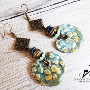 TAVIRÓZSÁK A VIZEN porcelánfülbevaló, Ékszer, Fülbevaló, A kék víztükrön himbálódzó tavirózsák ihlették ezt a fülbevalót. Kék és beige színekben készítettem ..., Meska