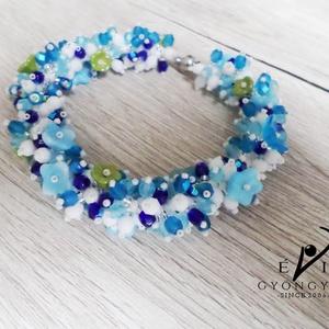 VIRÁGÖZÖN karkötő, Ékszer, Karkötő, Feltűnő és egyedi karkötő sok-sok virággal csodás friss kék és fehér színekben, melyet kiemel a baná..., Meska