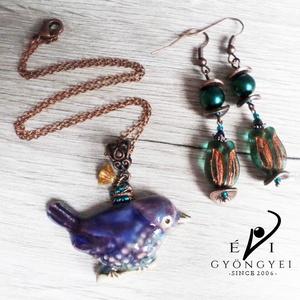 Kék madárka nyaklánc/medál, Ékszer, Nyaklánc, Medál, Ez az édes, kézzel készült kerámia madárka liláskék és emeraldszöld színekben készült. Egy bronz szí..., Meska