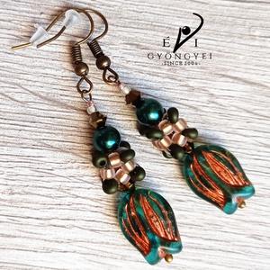 Emerald tulipán fülbevaló, Ékszer, Fülbevaló, Lógó fülbevaló, Ékszerkészítés, Gyöngyfűzés, gyöngyhímzés, Romantikus és bájos ékszer. :)\nSötétolíva színű magatama és mattarany matubo gyöngyökből, valamint 4..., Meska