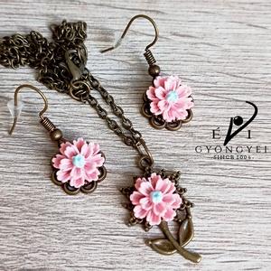 Rózsaszín nefelejcs beakasztós fülbevalóval - ékszer - ékszerszett - Meska.hu