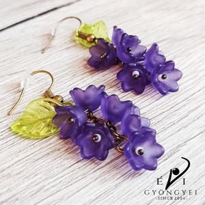 Sötétlila virágfürt fülbevaló, Ékszer, Fülbevaló, Lógó fülbevaló, Romantikus, elegáns és nem utolsó sorban egyedi!  Akryl virágokból és levélkéből, réz színű szerelék..., Meska