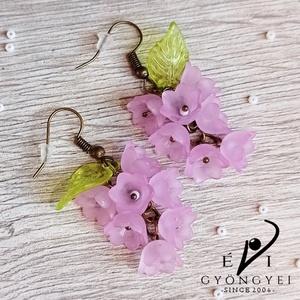 Halványlila virágfürt fülbevaló, Ékszer, Fülbevaló, Lógó fülbevaló, Romantikus, elegáns és nem utolsó sorban egyedi!  Akryl virágokból és levélkéből, réz színű szerelék..., Meska