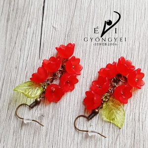 Piros virágfürt fülbevaló, Ékszer, Fülbevaló, Lógó fülbevaló, Romantikus, elegáns és nem utolsó sorban egyedi!  Akryl virágokból és levélkéből, réz színű szerelék..., Meska