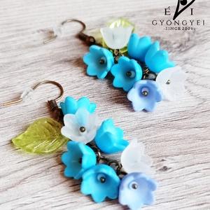 Türkiz virágfürt fülbevaló, Ékszer, Fülbevaló, Lógó fülbevaló, Romantikus, elegáns és nem utolsó sorban egyedi!  Akryl virágokból és levélkéből, réz színű szerelék..., Meska