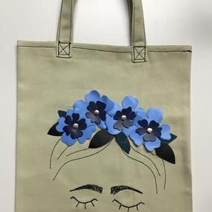 Frida vászon szatyor 3D-s virágokkal díszítve - kék virágos, Táska & Tok, Bevásárlás & Shopper táska, Shopper, textiltáska, szatyor, Bőrművesség, Varrás, Ez az ekrü színű vászonból készült szatyor műbőr virágokkal és fekete varrással van díszítve.\nMérete..., Meska