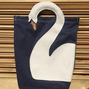 Vászon táska műbőrből készült hattyú motívummal, Táska & Tok, Bevásárlás & Shopper táska, Shopper, textiltáska, szatyor, Varrás, Bőrművesség, Ezt a farmer színű vászon shopper táskát egy műbőrből készített hattyú motívum díszíti. A táska füle..., Meska