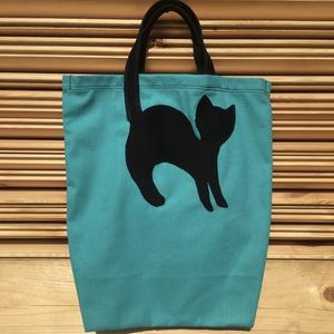 Cicás vászon táska, Táska & Tok, Bevásárlás & Shopper táska, Shopper, textiltáska, szatyor, Ez a türkiz shopper táska vászonból készült, és egy fekete cica motívum díszíti. Mérete: 35cm x 40cm..., Meska