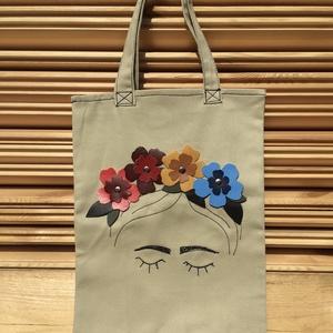 Frida vászon szatyor 3D-s virágokkal díszítve - színes virágos, Táska & Tok, Bevásárlás & Shopper táska, Shopper, textiltáska, szatyor, Bőrművesség, Varrás, Ez az ekrü színű vászonból készült szatyor műbőr virágokkal és fekete varrással van díszítve.\nMérete..., Meska