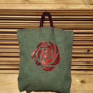 Vászon táska műbőrből készült rózsa motívummal, Táska & Tok, Bevásárlás & Shopper táska, Shopper, textiltáska, szatyor, Ezt a zöld vászon shopper táskát egy műbőrből készített rózsa motívum díszíti. A táska fülei szintén..., Meska