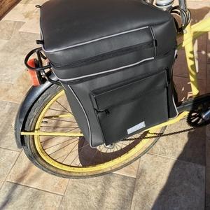 Biciklis táska csomagtartóra, Táska & Tok, Biciklis & Sporttáska, Biciklis táska, Varrás, Ez a dupla oldalú biciklis táska műbőrből készült, vízálló és karcolásálló. Csatokkal és hevederrel ..., Meska