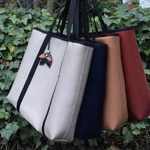 Rendkívül erős sötétkék táska, Táska & Tok, Erősített többrétegű laminált szövetből készült táska táskadísszel, nem zárható, belsejében egy 16cm..., Meska