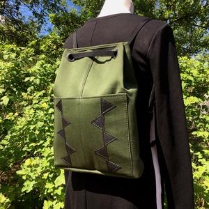 Katonazöld hátitáska műbőr díszítéssel, Táska & Tok, A tetején ringlik közé fűzött hevederrel összehúzható. Két külső zsebe van: 12cm x 21cm-esek.  Méret..., Meska