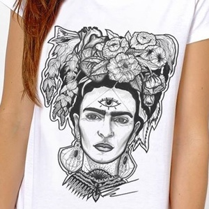 Frida Kahlo grafikás póló, Fridás egyedi férfi és női póló, póló egyedi illusztrációval, hipster póló, Táska, Divat & Szépség, Ruha, divat, Férfi ruha, Női ruha, Póló, felsőrész, Decoupage, transzfer és szalvétatechnika, Fotó, grafika, rajz, illusztráció, Egyedi grafikás póló\n\nElkészítési idő: 2-3 munkanap\nSzállítási idő: 2 munkanap\nEzért kérjük, hogy ös..., Meska