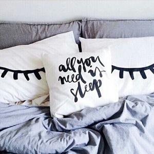 All you need is sleep + Szempillák díszpárnahuzat szett, Lakberendezés, Otthon & lakás, Lakástextil, Párna, Varrás, Festészet, • KÉZZEL KÉSZÍTETT DEKOR PÁRNAHUZAT-SZETT EGYEDI NYOMATTAL\n\nLEÍRÁS\n• szín: fehér\n• méret: 40x40cm\n• ..., Meska