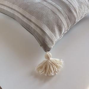 Bohén bojtos hippi párna, marokkói stílusú bohém díszpárna, huzat+belső párna (40x40cm) (EVYHomeDecor) - Meska.hu
