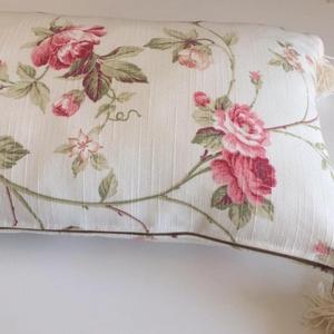 Rózsás párna, bojtos díszpárnahuzat - 30 x 50 cm (EVYHomeDecor) - Meska.hu