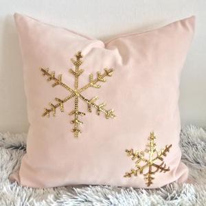 Hópelyhes karácsonyi díszpárna, arany hópehely flitteres párna, párnahuzat+belső párna, Otthon & Lakás, Karácsony & Mikulás, Karácsonyi dekoráció, Varrás, Hímzés, KÉZZEL KÉSZÍTETT DEKORPÁRNA ARANY HÓPEHELY FLITTERREL DÍSZÍTVE\n\nELKÉSZÍTÉS & SZÁLLÍTÁS:\nNormál elkés..., Meska
