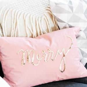 Karácsonyi flitteres díszpárna, Merry arany flitterrel felirattal hímezve (30x50cm vagy 40x40cm), Otthon & lakás, Dekoráció, Ünnepi dekoráció, Szerelmeseknek, Lakberendezés, Lakástextil, Párna, Varrás, Hímzés, • KÉZZEL KÉSZÍTETT DEKORPÁRNA FLITTERREL\n\nElkészítési idő: 2-3 munkanap\nSzállítási idő: 2 munkanap\nE..., Meska