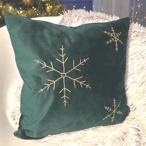 Hópehely mintás karácsonyi sötétzöld bársony díszpárna arany hópehely hímzéssel, kézzel hímzett huzat+belső párna , Karácsonyi dekoráció, Karácsony & Mikulás, Varrás, Hímzés, KÉZZEL KÉSZÍTETT DEKOR PÁRNA ARANY HÓPEHELY HÍMZÉSSEL\n\nELKÉSZÍTÉS & SZÁLLÍTÁS:\nNormál elkészítési id..., Meska