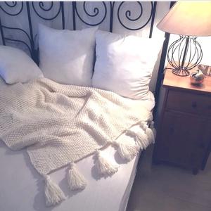 Gyapjú takaró, kötött bohém stílusú puha takaró bojtokkal (90 x 120cm (+ kb 20 cm bojtok), Lakberendezés, Otthon & lakás, Lakástextil, Takaró, ágytakaró, Kötés, Kézzel kötött takaró a végein dupla bojtokkal. Igazi bohém és egyben modern lakáskiegészítő.\n\nTermék..., Meska