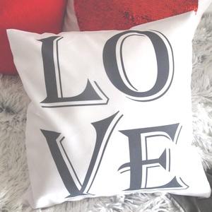 Valentin napi szerelmes LOVE feliratos dekorpárna, feliratos díszpárna , Szerelmeseknek, Ünnepi dekoráció, Dekoráció, Otthon & lakás, Lakberendezés, Lakástextil, Párna, Varrás, Festészet, KÉZZEL KÉSZÍTETT DEKOR PÁRNAEGYEDI NYOMATTAL\n\nTERMÉKLEÍRÁS:\nLevehető huzat + belső párna\n• huzat szí..., Meska