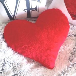 Piros műszőrme szív díszpárna, Anyák napjára, Valentin napra, Szerelmeseknek ajándékba (kb 40x40 cm), Szerelmeseknek, Ünnepi dekoráció, Dekoráció, Otthon & lakás, Lakberendezés, Lakástextil, Párna, Varrás, Festészet, ♥ Piros szív dekor párna\n\nMéret:\n(40 x 40 cm)\nSzín: Piros\nAnyaga: kb. 1 cm-es puha műszőrme\nMosás: C..., Meska