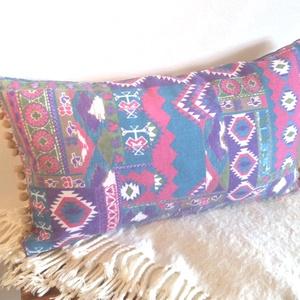 Színes marokkói stílusú, bohém díszpárnahuzat, 30x50cm-es Pom-pommal, Szerelmeseknek, Ünnepi dekoráció, Dekoráció, Otthon & lakás, Lakberendezés, Lakástextil, Párna, Varrás, Festészet, KÉZZEL KÉSZÍTETT DEKOR PÁRNAHUZAT POM-POMMAL DÍSZÍTVE\n\nTERMÉKLEÍRÁS:\nLevehető huzat + belső párna\n• ..., Meska